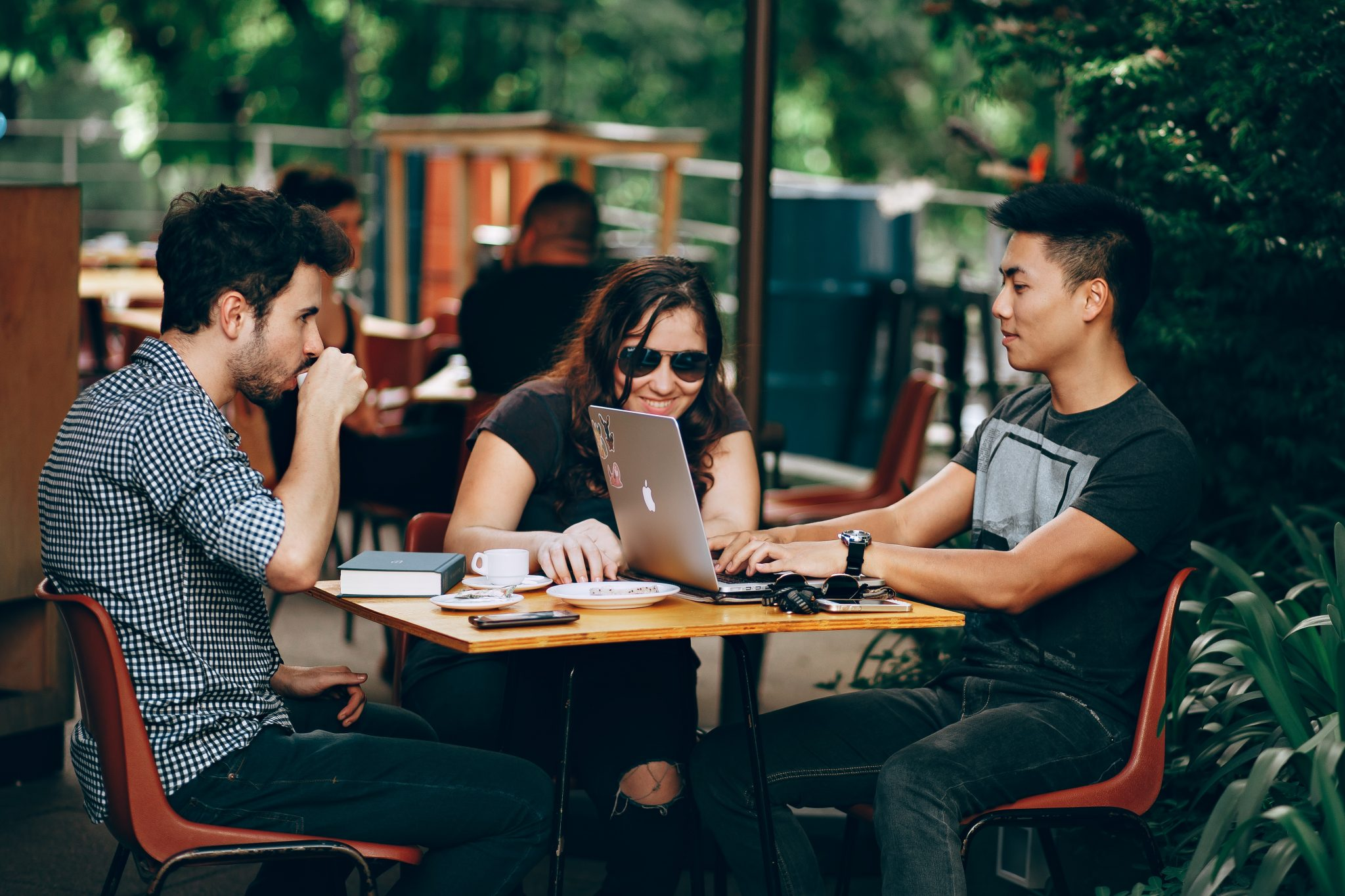 three millennials at a coffee shop